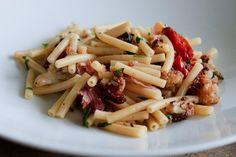 Ein Klassiker Italiens: Panzanella ist ein Brotsalat mit reifen Tomaten, Basilikum und roten Zwiebeln.