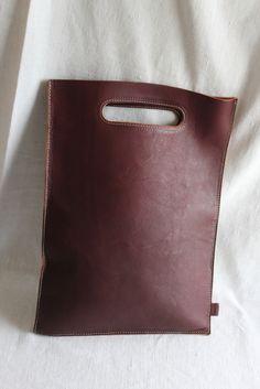 A4サイズのレザーバッグ。書類入れ、クラッチバッグ、インナーバッグにも。