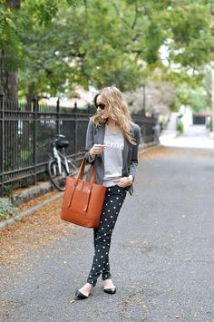 casual yet chic.love how the bag adds to the style! What To Wear Today, How To Wear, Eat Sleep Wear, Cool Outfits, Casual Outfits, Polka Dot Pants, Polka Dots, Outfit Invierno, Weekend Wear