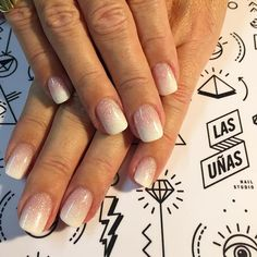 Impecables #FrozenNails mini. Realizadas sobre el largo natural sin generar extensión  100% polimeros y glitter ultrafino.  ______________________________________________________ Sculptured Nails without extension using Truly White, Pink & French Quarter by Carnival Collection, all products by @ezflownailsystems  ______________________________________________________ #Nails #acrylicnails #notd #sundaynails #stayclassy #nailart #handmade #ombre #ombrenails #milky #notpol...