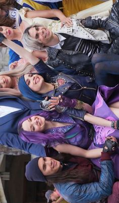 Its a picture of the whole gang mal and evie and carlos and jay The Descendants, Cameron Boyce Descendants, Disney Descendants Dolls, Descendants Characters, Descendants Costumes, Disney Channel Stars, Disney Stars, Film D'animation, Film Serie