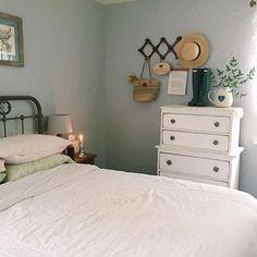 Cottage bedroom style, accordion peg rack