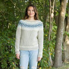Sweater med smukt bærestykke, som kan bruges af både mænd og kvinder. Der er rig mulighed for farvesammensætning. Her strikket i uld med alpaca på pinde 5. Læs mere ...