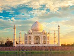 Esta lista no estaría completa sin una de las construcciones más bellas del mundo, una de sus siete maravillas. Y se contempla de otra manera al saber que es el homenaje del emperador Sha Jahan a su amada, Mumtaz Mahal, fallecida trágicamente en su 13º parto; un lugar en el que reposan ambos juntos para siempre. Concluido en 1648, es una de las más grandes obras del arte tardomusulmán en la India.