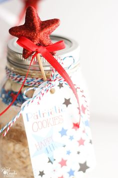 Must do! Make this delicious and cute 4th of July oatmeal cookie recipe in a mason jar! So cute and yummy! Perfect gift idea or dessert recipe.