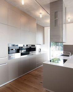 030 HOUSE D Bulthaup kitchen, oak flooring and concrete ceiling www.moarchitekten.de
