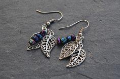 Boucles pour oreilles percées feuilles en métal argenté et perles de rocaille bleues nacrées - Bijoux fantaisie Tess Ness : Boucles d'oreille par tessness