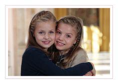 Los Reyes han elegido esta bonita imagen de sus hijas para felicitarnos la Navidad. La imagen corresponde al pasado 12 de octubre y en ella aparecen la princesa Leonor y la infanta Sofía fundidas en un abrazo