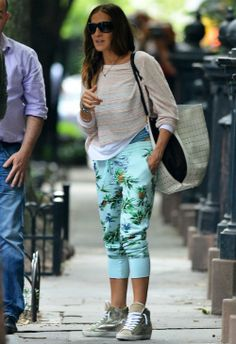 6/14 #サラ・ジェシカ・パーカー #スウェットシャツ #トロピカル柄パンツ #outfit 海外セレブ最新画像・私服ファッション・…  Ameba (アメーバ)
