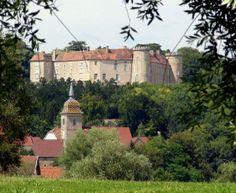 Le Portail de Chambres d'Hôtes, Gîtes & Meublés de Tourisme http://www.trouverunechambredhote.com vous fait découvrir les Villes, Villages de France et d'Outre-mer ainsi que les hébergements à proximité.  Aujourd'hui c'est  le  Village de RAY SUR SAÔNE en HAUTE-SAÔNE.  RAY SUR SAÔNE  appartient  aux petites cités comtoises de caractère, le village  s'étend le long de la vallée de la Saône au pied de la butte sur laquelle se dresse fièrement le château.
