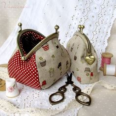 Could make something like this after going to a Handmade class this year… Now where do I find coin purse snaps.cute and roomy change pursepurses with tutorialI love the bigger one ! Patchwork Bags, Quilted Bag, Coin Purse Tutorial, Diy Sac, Frame Purse, Small Sewing Projects, Purse Patterns, Fabric Bags, Little Bag