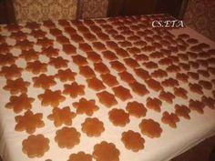 Hozzávalók:  1 tábla minőségi étcsokoládé 25 dkg mascarpone 2 dl tejszín+1 dl a tetejére 8db babapiskóta 0,5 dl erős fekete kv csokoládéforgács a díszítéshez.  Elkészítés:…