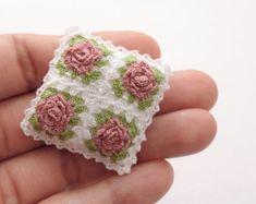 Miniatura crochet cuscino per dollhouse cuscino di MiniGio su Etsy