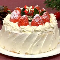 Christmas Cake Recipe (Strawberry Sponge Cake) This Japanese Christmas Cake is a fluffy sponge cake decorated with a generous amount of strawberries and whipped cream. Try this recipe at Christmas time. It's a real treat for the kids! Strawberry Sponge Cake, Strawberry Recipes, Strawberry Sweets, Strawberry Frosting, Baking Recipes, Snack Recipes, Dessert Recipes, Sweets Recipe, Baking Ideas