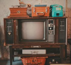 Free state of mind ✌️ . 70s Aesthetic, Aesthetic Vintage, Aesthetic Photo, Aesthetic Pictures, Retro Radios, Photo Wall Collage, Picture Wall, Vintage Vibes, Retro Vintage