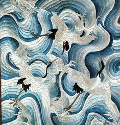 Bordado en seda japonés . Siglo XVIII. Representa un grupo de grullas que vuelan sobre un remolino de nubes. En Japón, las grullas representan la longevidad. Sus plumas blancas simbolizan la pureza y sus cabezas rojas indican la resistencia de su fuerza vital...