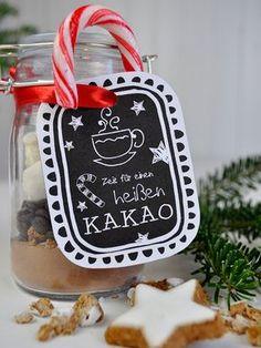 Normaler Kakao? Kann ja jeder. Zu Weihnachten gibt´s dieses Jahr für deine Liebsten eine leckere heiße Tasse Weihnachtskakao! Mit Zimtstern-Gebrösel, Schokodrops, Zuckerstangen und Marshmallows. Hmm….wie lecker!