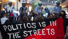 'La política está en las calles' mientras protestan contra la cumbre de la OTAN en una calle de Chicago (EEUU). EFE/PEER GRIMM