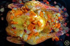 #PALEO GEVULDE KIP: Dit is een waanzinnig lekkere kip die ontzettend hoog gescoord heeft bij mijn familie! Ik wou simpelweg wat overgebleven groenten opgebruiken en ben eigenlijk geëindigd met een kip die Thanksgiving makkelijk zou opfleuren. De licht zoete vulling wordt helemaal hartig het moment ze in contact komt met het braadvet en de kippenkruiden. Alles past gewoon echt perfect bij elkaar! Dit recept duurt wel even omdat ik ze op een lage temperatuur laat braden, wanneer je kip boven…