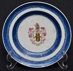Companhia das Índias, prato raso brazonado com faixa azul, medindo 19,5 cm de diâmetro.