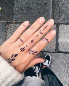 Cute Tattoos For Women Small Cute Tattoos For Women, Cute Hand Tattoos, Finger Tattoo For Women, Small Hand Tattoos, Mini Tattoos, Tattoos For Guys, Tattoo Small, Tiny Finger Tattoos, Henna Tattoo Muster