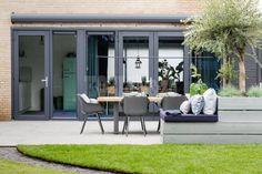 home interior designs Urban Garden Design, English Garden Design, Small Garden Landscape, Small Backyard Gardens, Backyard Patio, Garden Makeover, Patio Seating, Outdoor Furniture Sets, Outdoor Decor