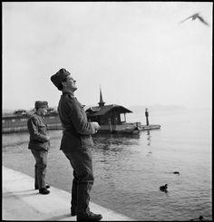 Freie Sicht auf die Berge:  Soldaten am Ufer des Vierwaldstättersees, 1941.
