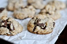 Brown Butter Oatmeal Chunk Cookies via How Sweet Eats - YUM! Cookie Desserts, Just Desserts, Cookie Recipes, Delicious Desserts, Yummy Food, Chocolate Chunk Cookies, Oatmeal Chocolate Chip Cookies, Chocolate Chips, Yummy Treats