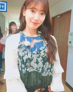 lee sung kyung y park shin hye Lee Sung Kyung, Park Shin Hye, Korean Star, Permed Hairstyles, Celebs, Celebrities, Hair Inspo, My Idol, Floral Tops