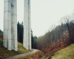 Hans-Christian Schink, A 71, Brücke Schwarzbachtal, aus: VDE (Verkehrsprojekte Deutsche Einheit), 2001, C-Print/Diasec, 178 x 211 cm und 121 x 143 cm, Auflage 5 + 3