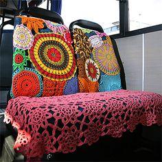 Urban knitting - Yarn bombing at the bus Art Au Crochet, Freeform Crochet, Crochet Home, Love Crochet, Knit Crochet, Yarn Bombing, Guerilla Knitting, Vw Caravan, Urbane Kunst