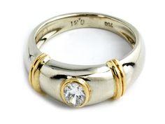 Ringweite: 55. Gewicht: ca. 7,3 ct. GG und WG 750. Zeitloser, zweifarbiger Ring mit oval-facettiertem Diamant, 0,31 ct. (1021943) (16)