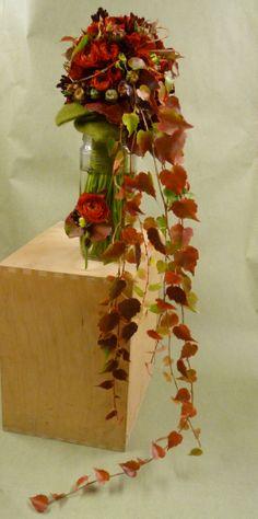 Bouquet d'automne - renoncule et chute de feuille de vigne.