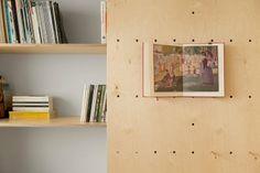 【室內設計】特拉維夫多功能藝術工作室  小坪數設計,事先測量的精準設計, 特製的專屬工作室空間。 留有孔洞的活動拉門,插上小木棍可以活用, 另外還有隱藏式單人床,很棒的設計。