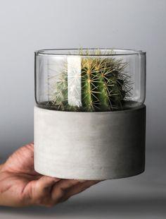 Excellent Snap Shots Ceramics plates minimalist Ideas Spring Vase Sale: Modern Two-Tone Concrete and Glass Cement Art, Concrete Crafts, Concrete Pots, Concrete Projects, Concrete Design, Concrete Planters, Beton Diy, Concrete Furniture, Diy Home Crafts