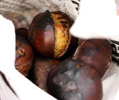 Spätestens wenn sich der Herbst ankündigt, beginnt die Hochsaison für Maronen. Ob auf Jahrmärkten oder anderen Festen, überall riecht es nach den leckeren Nüssen. Auch als Beilage zu Fleisch oder Wild schmecken sie frisch geröstet hervorragend dazu.