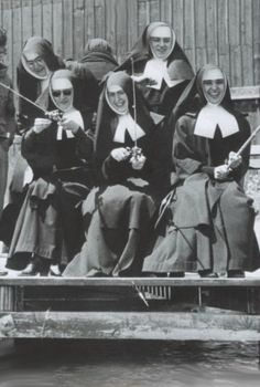 """The French """"Sisters of Charity"""". :) and who said nuns can't have fun? Nuns Habits, Bride Of Christ, Les Religions, Catholic School, Godly Woman, Roman Catholic, Priest, Vintage Photos, Black And White"""