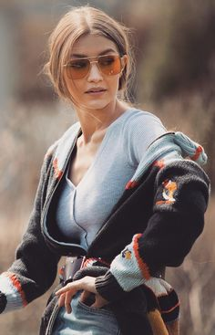 Discover Gigi Hadid wearing the Vogue models of the Outline Collection coming from the latest season. Inspired by sleek design, waved silhouettes and light catching details, the Outline Fashion Story mixes different materials and styles transforming eyewear into a fundamental accessory for the most glamourous and contemporary looks. Sunglasses Vogue 4083S https://lenshop.eu/manufacturers/9276-vogue/sunglasses
