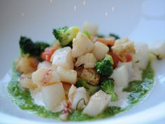Zuppa di vongole e mandorle con molluschi e crostacei, broccoli e bruschetta