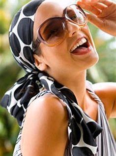 ljetna frizura uz pomoć marame // summer hairstyle with scarf / foto: Gulliver/Thinkstock Hair Wrap Scarf, Head Scarf Styles, Turbans, Bandanas, Bad Hair Day, Hair Accessories For Women, Scarf Hairstyles, Head Wraps, Natural Hair Styles