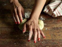 Crostata salata di cipolle rosse e provola affumicata - Corriere.it