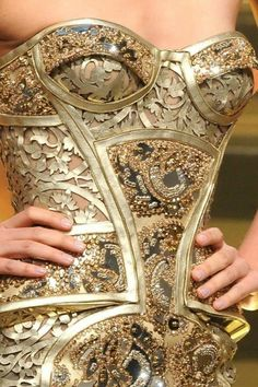 Atelier Versace - Couture Spring 2012 (Stunning corset that looks like a suit of armour)! Atelier Versace, Couture Fashion, Runway Fashion, Womens Fashion, Versace Fashion, Versace Dress, Fashion Trends, Mode Baroque, Gold Corset