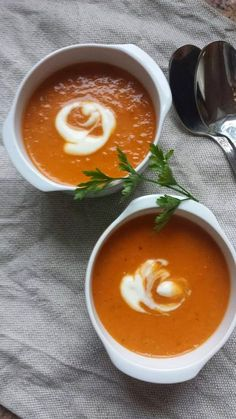Raj dla Podniebienia: Zupa z suszonych pomidorów z ziołowym serkiem Clean Recipes, Soup Recipes, Diet Recipes, Healthy Recipes, Vegan Runner, Vegan Gains, Good Food, Yummy Food, Easy Food To Make