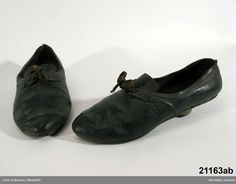 Enligt uppgift brudskor, använda i Skytts härad ca 1780-1800. Nordiska Museet, nr. NM.0021163A-B Ugly Shoes, Leather Shoes, Black Leather, Bridal Shoes, Bridal Gowns, Loafers Men, Sweden, Dress Shoes, Women's Shoes