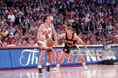Fotografia de notícias : John Paxson of Chicago Bulls looks drive against...