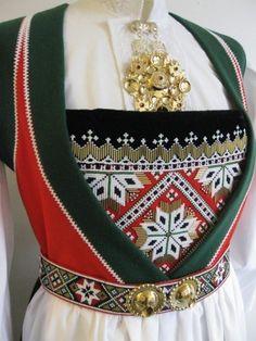 Vossabunad-Drakttradisjonen på Voss har i mange år vært meget sterk og… Hardanger Embroidery, Bridal Crown, Folk Costume, Traditional Dresses, Norway, Wedding Jewelry, Cross Stitch Patterns, Scandinavian, Textiles