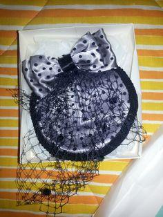 Mini chapeau rétro (bibi), 15$. Petit peigne attaché en dessous pour l'accrocher aux cheveux.