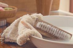Scopri questi consigli utili per eliminare le macchie di deodorante dalle magliette, senza ricorrere all'acquisto di prodotti dannosi e costosi.