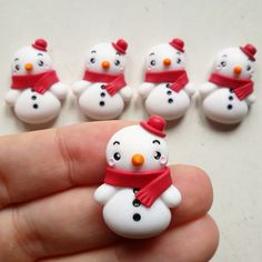 pupazzo neve Fimo Polymer Clay, Polymer Clay Ornaments, Polymer Clay Figures, Polymer Clay Animals, Polymer Clay Projects, Polymer Clay Creations, Diy Clay, Snowman Christmas Ornaments, Polymer Clay Christmas