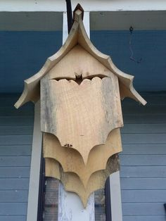 When it comes to birds, avid watchers know that you can never have too many bird houses in your yard. Birds appreciate these items during the nesting and migration seasons, which can just about cover the entire year in some areas. Bat House Plans, Bird House Kits, Owl House, Garden Projects, Wood Projects, Woodworking Projects, Bat Box, Homemade Bird Houses, Bird House Feeder
